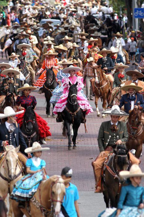 MEX04. GUADALAJARA (MÉXICO), 01/12/2016.- Fotografía del 14 de agosto de 2016 que muestra a cientos de Charros desfilar por las calles de la ciudad de Guadalajara (México) durante los festejos del Día del Charro. La Organización de Naciones Unidas para la Educación, la Ciencia y la Cultura (Unesco) declaró hoy Patrimonio Inmaterial de la Humanidad la charrería mexicana, práctica tradicional de comunidades dedicadas a la cría y el pastoreo del ganado a caballo. EFE/Ulises Ruiz Basurto