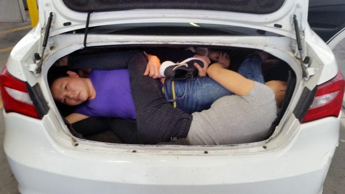EFE/EUA CARIBE SHM50 - SAN DIEGO (CA, EEUU), 31/03/2017.- Fotografía cedida en donde se aprecian cuatro ciudadanos chinos escondidos en el baúl del automóvil de José Emiliano Aguilar, detenido a mediados de marzo en la garita fronteriza de San Ysidro, California, por intentar ingresarlos al país. José Emiliano Aguilar, identificado hoy por varios medios como el hijo del cantante regional mexicano Pepe Aguilar, está acusado en la corte federal del distrito sur de California por presuntamente ingresar a Estados Unidos con personas indocumentadas. EFE/CBP/SÓLO USO EDITORIAL/NO VENTAS