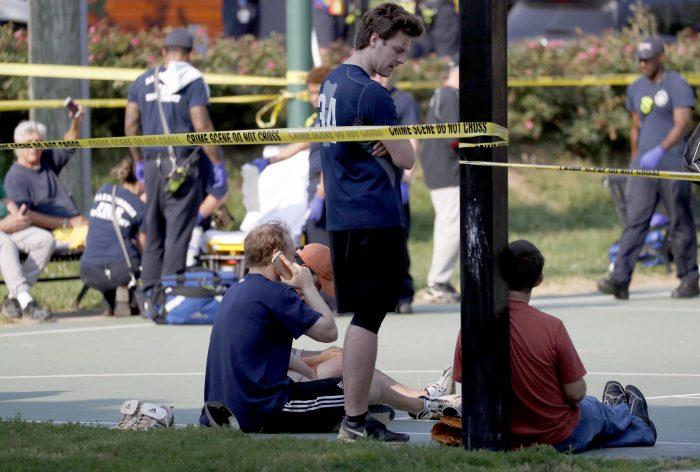 EFE/EUA CARIBE SHM01 VIRGINIA (EEUU), 14/06/2017.- Varias personas permanecen en el lugar donde se produjo un tiroteo en Alexandria, Virginia, hoy, 14 de junio de 2017. Varias personas resultaron heridas, entre ellas el congresista republicano Steve Scalise, en el tiroteo producido durante un entrenamiento de béisbol de miembros del Partido Republicano. EFE/SHAWN THEW