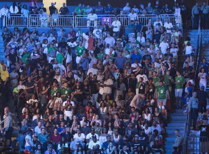 MM20. LAS VEGAS (ESTADOS UNIDOS), 25/08/2017.- Asistentes reaccionan durante la ceremonia de pesaje del campeón de la UFC, Conor McGregor y el boxeador estadounidense Floyd Mayweather hoy, viernes 25 de agosto de 2017, en el estadio MOBILE en Las Vegas, Nevada (EE.UU.). EFE/ARMANDO ARORIZO