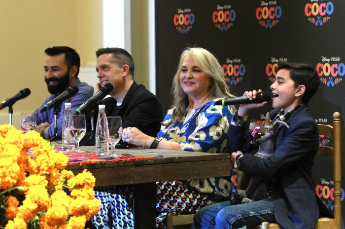 """MEX11. CIUDAD DE MÉXICO (MÉXICO), 24/10/2017.- Los directores Adrián Molina (i) y Lee Unkrich (2i), el niño Luis Ángel Gómez (d) y la productora Darla Anderson (d) participan en una conferencia de prensa para la presentación de la película """"Coco"""" hoy, martes 24 de octubre de 2017, en Ciudad de México (México). """"Coco"""", la más reciente película de Disney·Pixar, es una historia de amor a México a través de una de sus tradiciones más conocidas, el Día de Muertos, y también una reivindicación de la comunidad latina y su creatividad, afirmaron hoy sus creadores. El filme se estrenará este viernes 27 de octubre en miles de salas mexicanas, antes de su estreno mundial previsto para finales de noviembre. EFE/Mario Guzmán"""