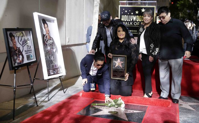 MAN10. Hollywood (United States), 04/11/2017.- (L-R, front row) Chris Perez, Suzette Quintanilla, Marcella Ofelia Quintanilla, Abraham Quintanilla, Jr., family members of the late US-Mexican singer Selena Quintanilla, pose next to her star during a posthumous star ceremony on the Hollywood Walk of Fame in Hollywood, California, USA, 03 November 2017. Selena Quintanilla, 'The Queen of Tejano Music' was killed on 31 March 1995. Selena received the 2,622 star in the recording category. (Estados Unidos) EFE/EPA/MIKE NELSON