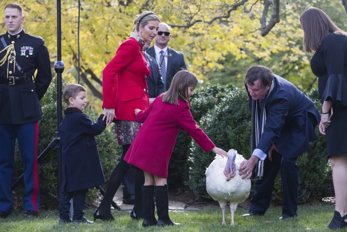 Trump no descansa ni en Día de Acción de Gracias