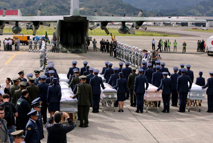 MED14. RIONEGRO (COLOMBIA), 02/12/2016.- Los féretros de los 64 brasileños fallecidos en el accidente del avión que transportaba al equipo del club Chapecoense reciben honores militares hoy, viernes 2 de diciembre de 2016, en la base militar de Rionegro, a las afueras de Medellín (Colombia), momentos antes de su repatriación a Brasil. Los féretros, cubiertos con una bandera blanca con el escudo del equipo de Chapecó, fueron recibidos en la pista por miembros de la Fuerza Aérea Colombiana (FAC). EFE/MAURICIO DUENAS CASTAÑEDA