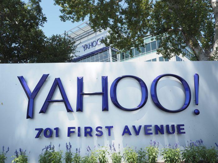 US01 SUNNYVALE (ESTADOS UNIDOS) 08/04/2016.- Fotografía de archivo fechada el 20 de agosto de 2015 que muestra la sede corporativa de Yahoo en Sunnyvale, California (Estados Unidos). La firma de tecnología Google considera hacer una oferta de compra por el negocio central de web de Yahoo, informó ayer, 7 de abril de 2016, la agencia de noticias Bloomberg, que indicó que la firma de telecomunicaciones Verizon también hará una oferta. EFE/John G. Mabanglo