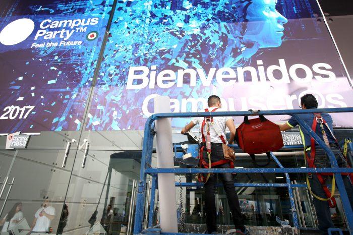 """MEX210. GUADALAJARA (MÉXICO), 04/07/17. Trabajadores participan en el montaje de las instalaciones de la Campus Party donde miles de jóvenes acamparán, hoy martes, 4 de julio de 2017, en Guadalajara (México). Unos 25.000 jóvenes participarán en el Jalisco Campus Party, que mañana abre sus puertas con el objetivo de ser un """"encuentro de talento"""" en el que se presenten los que serán los principales avances tecnológicos de los próximos años. EFE/Ulises Ruiz Basurto"""