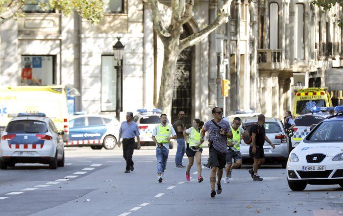GRA176. BARCELONA, 17/08/2017.- Gente en el lugar en el que una furgoneta ha atropellado esta tarde a varias personas que paseaban por las Ramblas de Barcelona. Los Mossos d'Esquadra y los equipos de emergencias sanitarias han desplegado un amplio dispositivo en este lugar, en el centro turístico de la capital catalana, frecuentada a diario por miles de turistas, que ha quedado acordonada. EFE/Andreu Dalmau