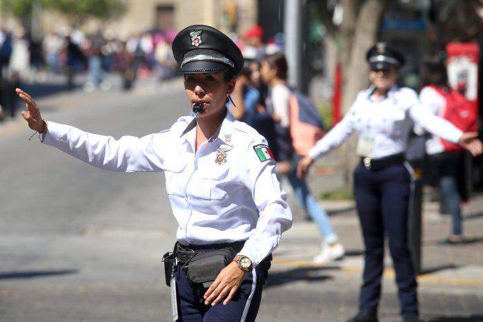 MEX13. GUADALAJARA (MÉXICO), 30/10/2017.- Agentes de policía regulan el tráfico el 22 de octubre de 2017, en Guadalajara (México). La segunda ciudad más poblada de México cuenta ya con una fuerza de mujeres policías viales que han sido cuidadosamente seleccionadas, son mejor entrenadas que los hombres y están logrando prevenir los intentos de corrupción de los automovilistas infractores. EFE/Ulises Ruiz Basurto